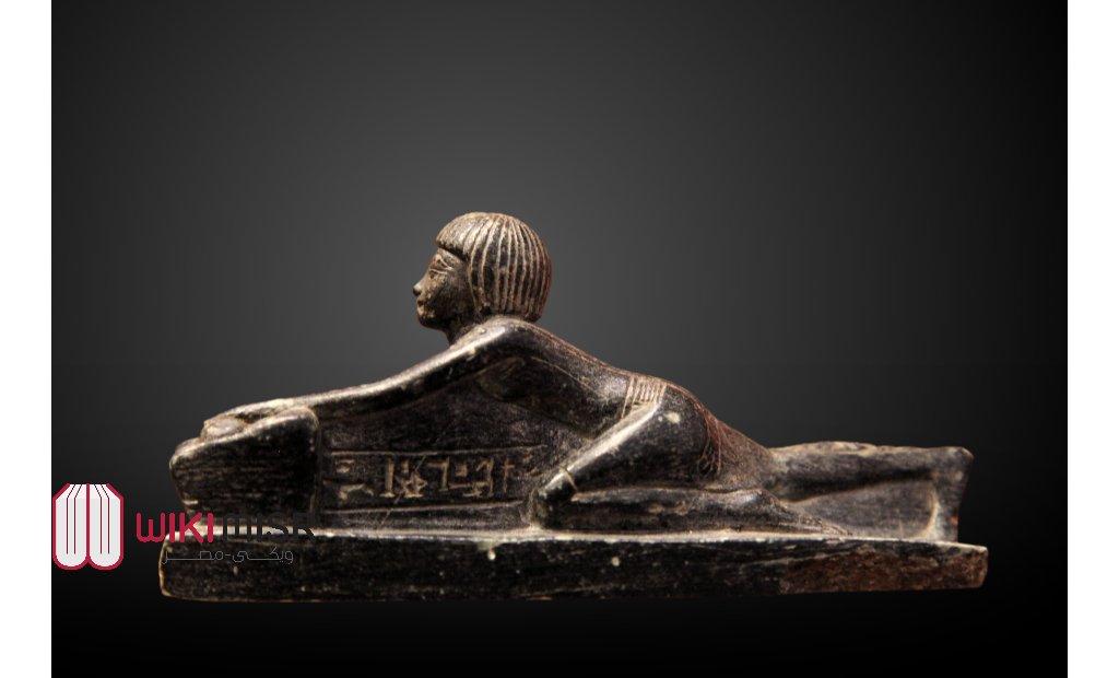 """الأمير """"تحتمس"""" ولى العهد فى زى كهنوتى يقوم بطقسة طحن الحبوب, متحف اللوفر."""