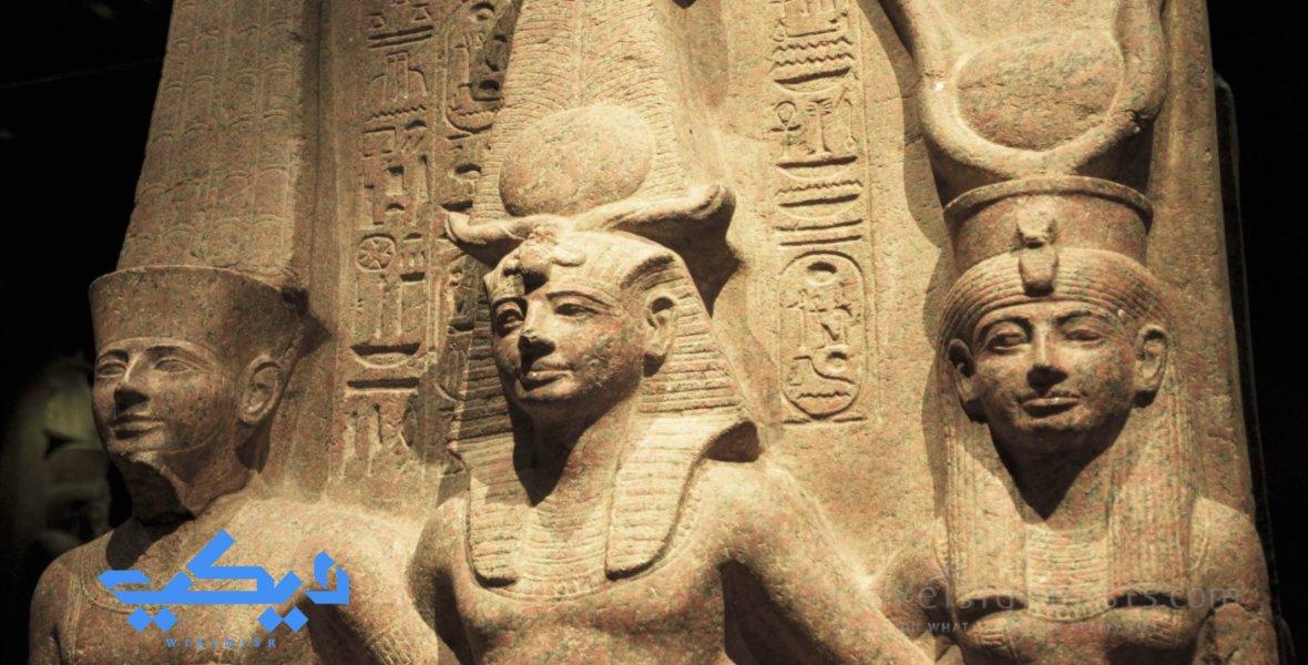 رمسيس الثاني متوجا بين الإله آمون والإلهة موت