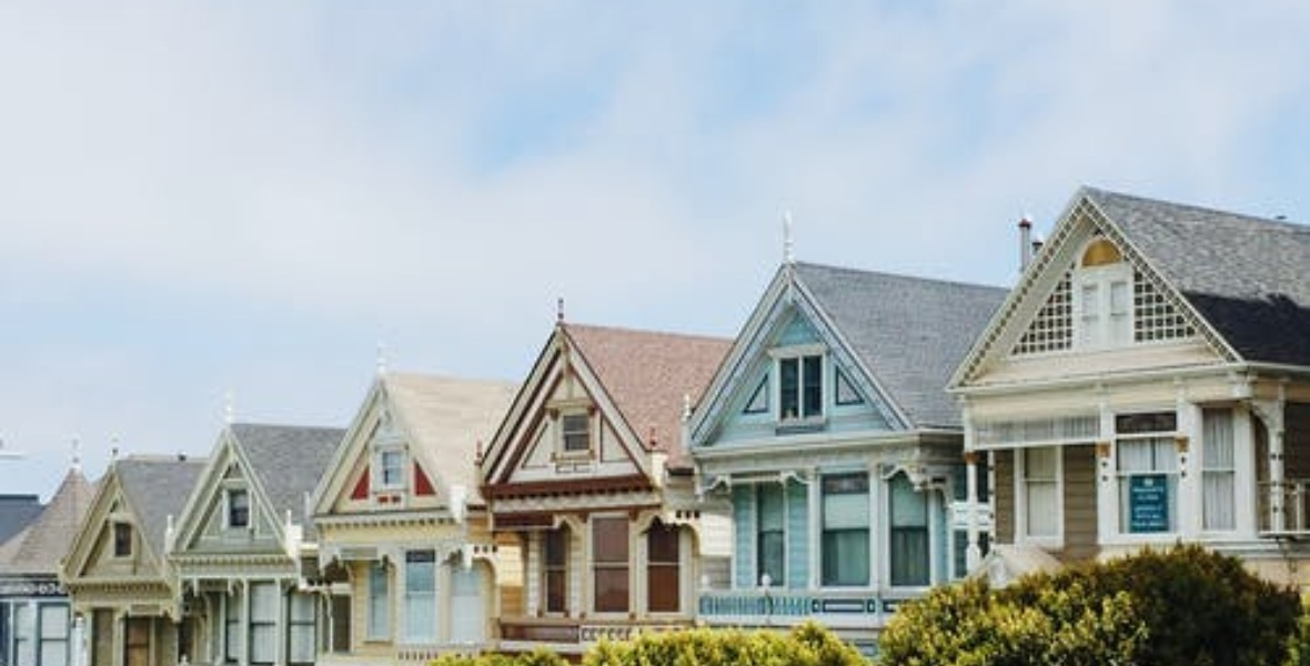 منازل ذات أسقف مثلثة