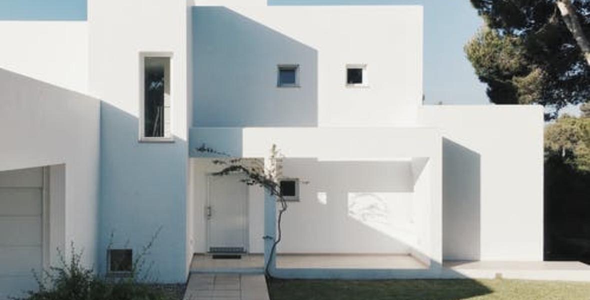 منازل باللون الأبيض