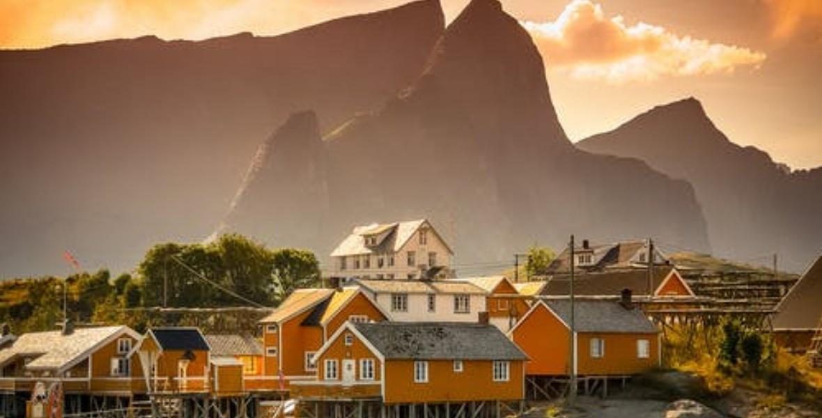 منازل فوق الجبل