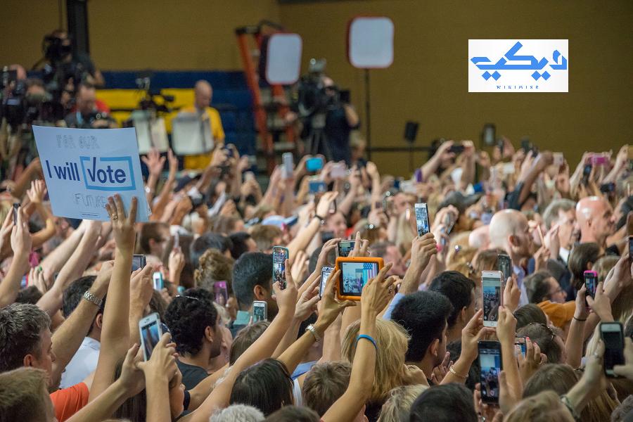 يقوم المرشحون بعقد مؤتمرات للترويج لبرامجهم الانتخابية