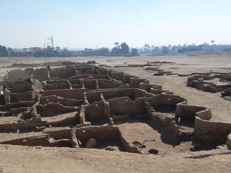 صعود آتون المدينة الذهبية القديمة تنهض من تحت الرمال