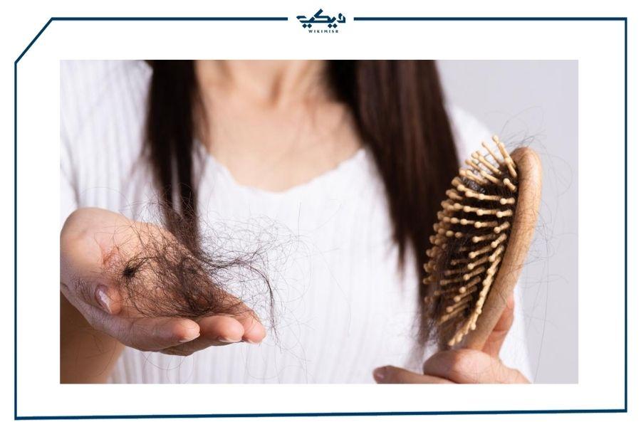 سيدة تعاني من تساقط الشعر