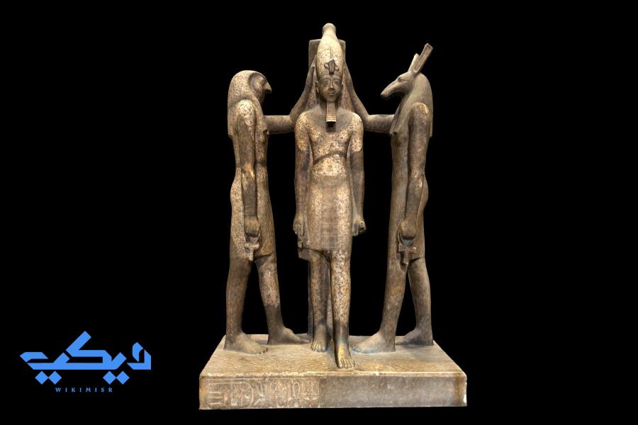 """رمسيس الثالث متوجا بين الإلهين """"حورس"""" و""""ست"""""""