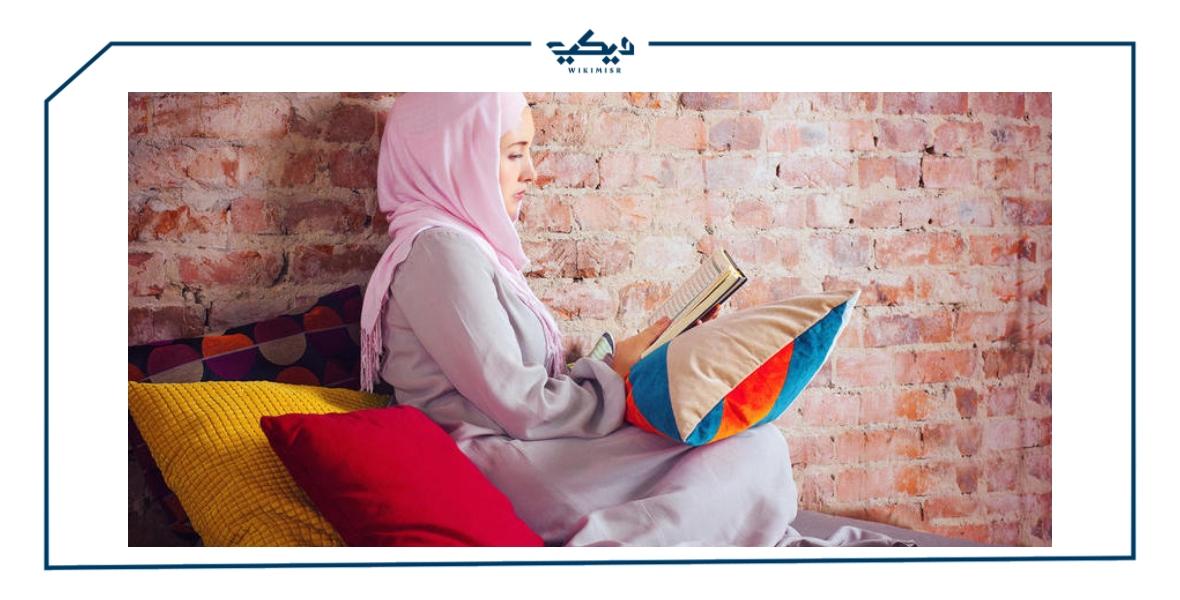هل يجوز قراءة القرآن بلباس غير محتشم