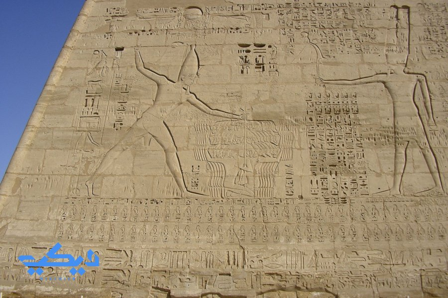 رمسيس الثالث يصرع الأعداء أمام الإله آمون, معبد هابو.