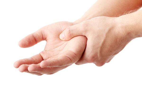 أسباب تنميل اليد اليسري والأمراض الخطيرة التي قد تنذر بها